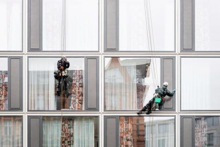 Обследование высотных зданий и сооружений промышленным альпинизмом.