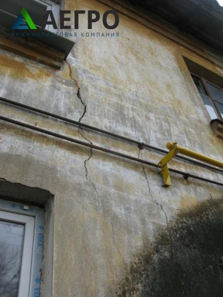Поперечные трещины в углу окна