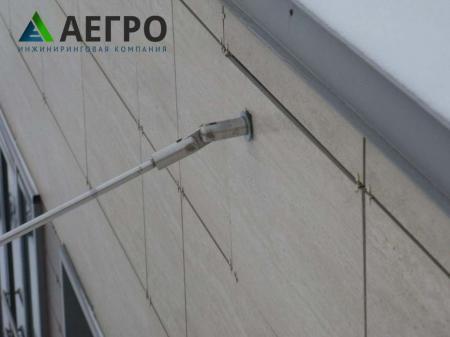 Частичное вырывание анкеров из стены здания